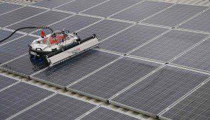 روبوت محمول يقوم بعملية التنظيف للألواح الشمسية