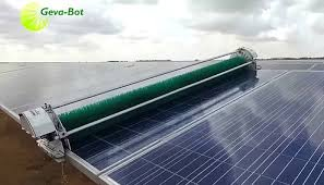 صورة توضح جهاز تنظيف نصف ألي مركب على ألواح شمسية