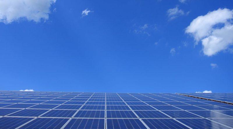 حققت شركة آميا باوار AMEA Power الإماراتية الإغلاق المالي لمحطة الحسينية للطاقة الشمسية الكهروضوئية بقيمة 74 مليون دولار أمريكي. حيث أن قيمة التمويل 59.2 مليون دولار و سيتم تغطية نصفه من قبل بنك التنمية الهولندي FMO و النصف الثاني من المؤسسة الألمانية لتمويل التنمية DEG.