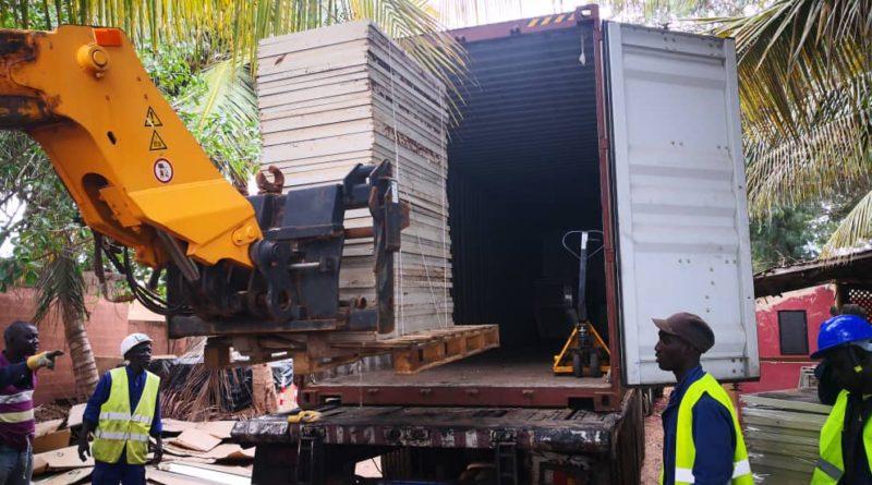 تحميل بقايا الألواح الشمسية إلى الحاويات لتتم إعادة تدويرها