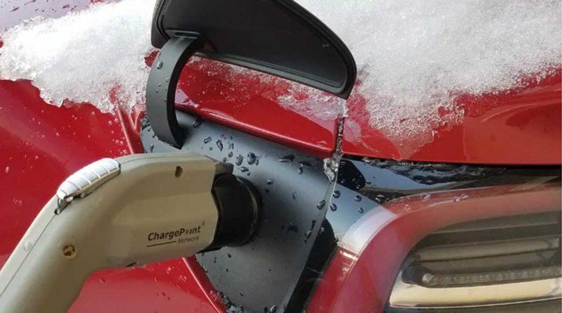 تأثير الطقس البارد على مدى قيادة السيارات الكهربائية
