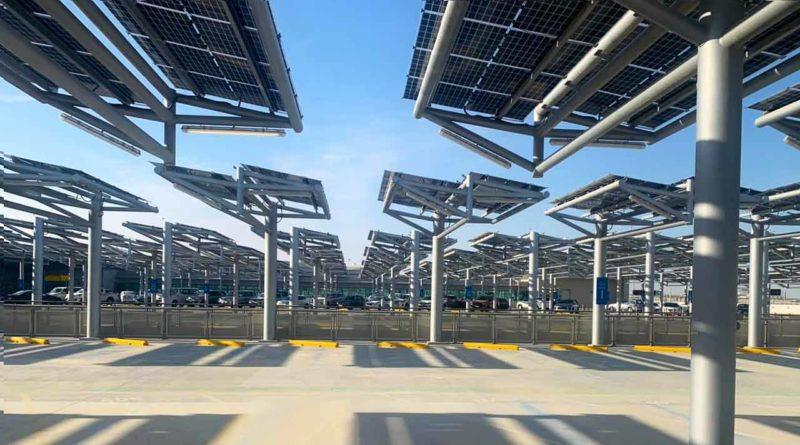موقف سيارات مزود بالطاقة الشمسية