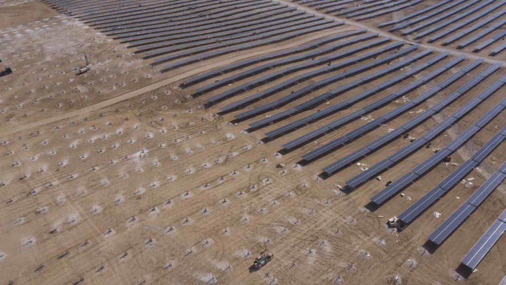صورة من الجو لمحطة شمسية أثناء عملية الإنشاء باستخدام Drone