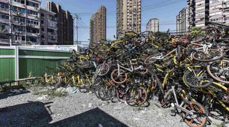 أكوام من الدراجات الهوائية المهجورة